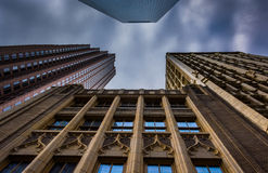 Regardant des édifices hauts et un ciel nuageux à Philadelphie, P images stock
