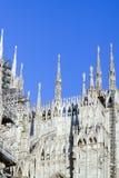 regardant des Di Milan de Duomo signifiant Milan Cathedral en Italie, avec b Photos libres de droits
