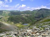 Regardant du grand pignon à la manière de Styhead le Tarn, secteur de lac Photos libres de droits