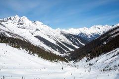 Regardant en bas de la vall?e d'Asulkan en parc national de glacier, le Canada Printemps dans le Canadien les Rocheuses avec les  photographie stock libre de droits