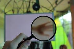 Regardant la cuvette une lentille Images libres de droits