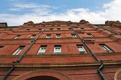 Regardant le ciel en l'immeuble de brique rouge à Londres, l'Angleterre Image libre de droits