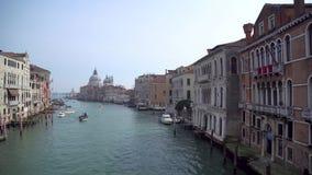 Regardant le long de Grand Canal vers Santa Maria de la Salute, Venise banque de vidéos