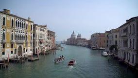 Regardant le long de Grand Canal vers Santa Maria de la Salute, Venise clips vidéos