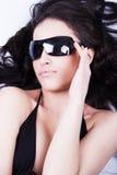 Regardant par des lunettes de soleil Photo stock