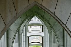 Regardant par des voûtes sous le pont de McCullough, courbure du nord, Orégon Images libres de droits