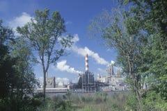 Regardant par les arbres au moulin à papier de camp des syndicats sur Savannah River dans la savane, la Géorgie Image stock