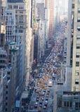 Regardant vers le bas dans la 5ème avenue avec des voitures dans le trafic à Manhattan, New York City Photo stock