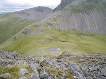 Regardant vers le bas sur Beckhead le Tarn des roches sur Rib End, Kirk Fell image libre de droits