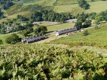 Regardant vers le bas sur des cottages par Glenridding, secteur de lac Photo libre de droits