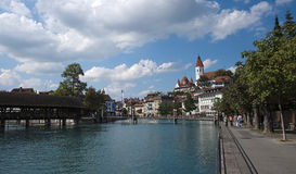 Regardant vers Thun tout en marchant le long de l'Aare (Thun, Suisse) Photo libre de droits