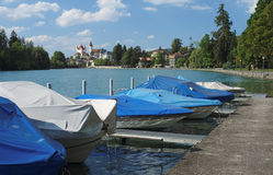 Regardant vers Thun tout en marchant le long de l'Aare (Thun, Suisse) Photos stock