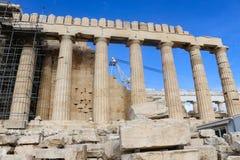 Regarder à Athènes Parthnon étant reconstruit avec des morceaux numérotés et placés sur les supports en bois dans le premier plan photo libre de droits