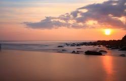 Regarder au-dessus de la piscine vers l'océan le lever de soleil Images libres de droits