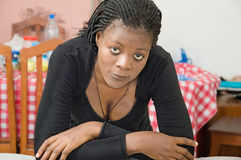 Regarder de jeune femme photos libres de droits