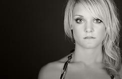 Regarder de l'adolescence d'une chevelure assez blond dans fixement l'appareil-photo Images stock