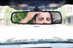 Regarder de retour au rearview image stock