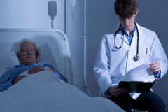 Regarder des antécédents médicaux Images stock