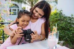 Regarder des photos sur l'appareil-photo photos libres de droits
