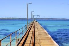 Regarder en bas de la jetée la baie de Vivonne Images libres de droits