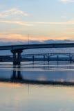 Regarder en bas de la rivière de l'Illinois les ponts en acier le coucher du soleil Photo libre de droits