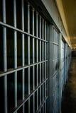 Regarder en bas du quartier cellulaire des cellules de prison photographie stock libre de droits