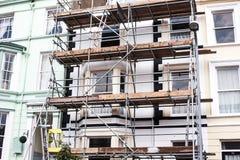 Regarder l'échafaudage de rénovation de bâtiment Le bâtiment est en construction, échafaudage en métal Échafaudage de constructio Photos libres de droits