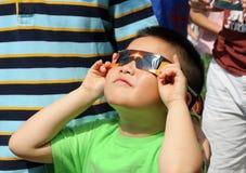 Regarder l'éclipse solaire photo stock