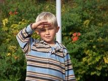 Regarder l'enfant en bas âge fixement images stock
