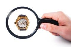 Regarder l'horloge par la loupe Image libre de droits
