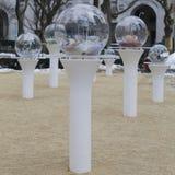 Regarder l'installation fixement de globes par Paula Hayes en Madison Square Park Photo libre de droits