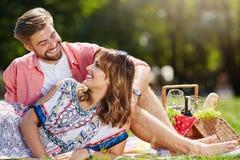 Regarder l'un l'autre avec amour dans leurs yeux Photographie stock libre de droits