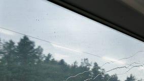 Regarder la fenêtre de train Extérieur pluvieux banque de vidéos