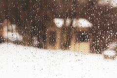 Regarder la fenêtre une petite maison par la pluie se laisse tomber images libres de droits