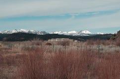 Regarder la neige a couvert des montagnes du désert images stock