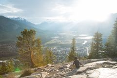Regarder la vallée de montagne image stock