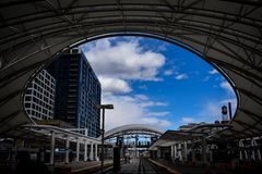 Regarder le ciel photo stock