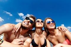 Regarder le ciel bleu Photographie stock libre de droits