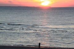 Regarder le coucher du soleil, île d'Ameland, Hollande Image stock
