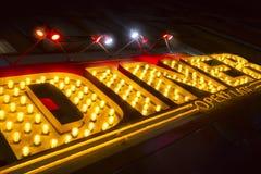 Regarder le grand signe rouge jaune allumé de wagon-restaurant avec l ouvert au néon image stock
