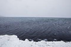 Regarder le lac dans une tempête de neige Image libre de droits