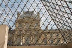 Regarder le Louvre de l'intérieur de la pyramide en verre Photographie stock libre de droits
