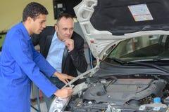 Regarder le moteur du ` s de voiture photographie stock libre de droits