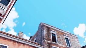 Regarder les bâtiments antiques contre le ciel bleu illustration de vecteur