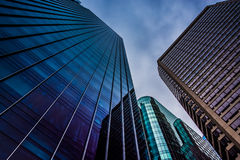 Regarder les bâtiments modernes sous un ciel nuageux dans Philadelphi photographie stock