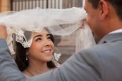Regarder ma belle jeune mariée Images libres de droits