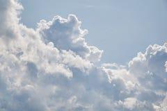 Regarder Nice le ciel bleu Temps agr?able d'?t? et grands nuages photo libre de droits