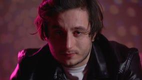 Regarder pleurant d'homme déprimé fixement la caméra sans clignoter, émotions vaines d'existence clips vidéos