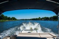 Regarder rêveur de retour le sillage conduisant sur le lac Travis Photographie stock