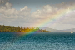 Regarder un arc-en-ciel d'île tropicale de rêverie Images stock
